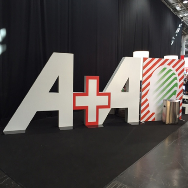 Sie sehen auf diesem Bild das Logo der Messe A + A in Düsseldorf